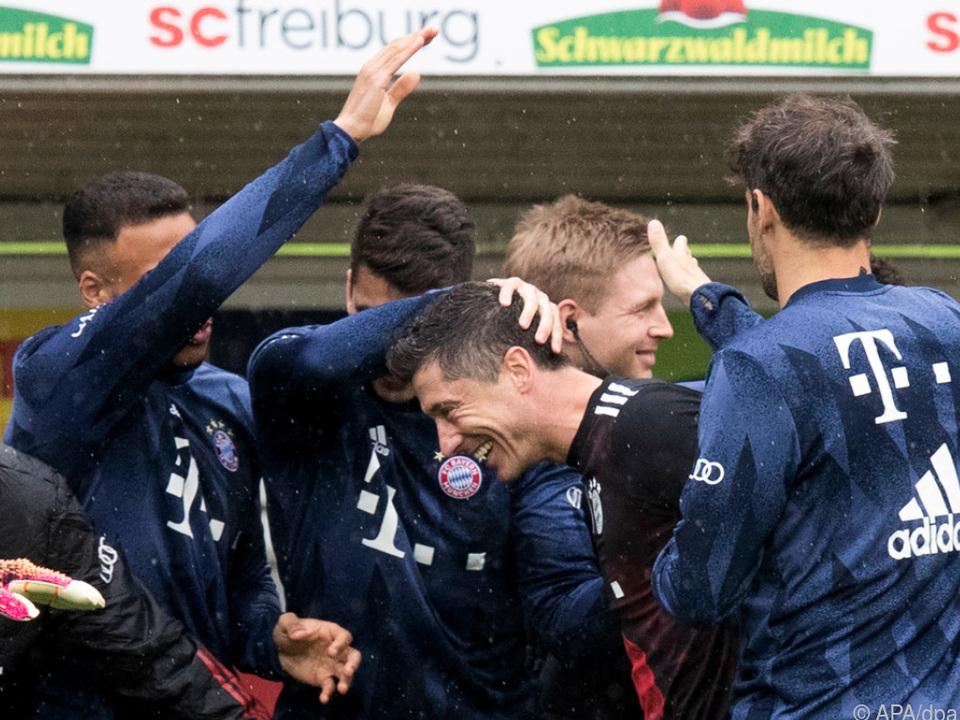 Bayern-Spieler feierten Lewandowski für Torrekord