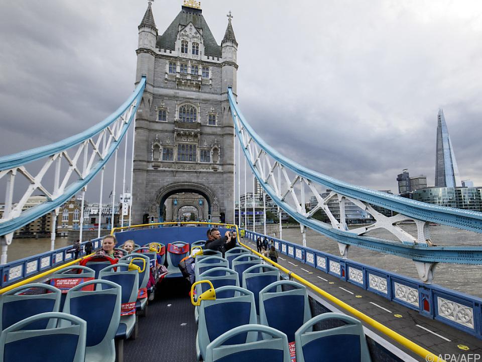 Fast leeres Touristenboot auf der Themse in London