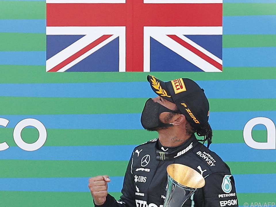 Hamilton bei der Siegerehrung im Vorjahr in Montmelo