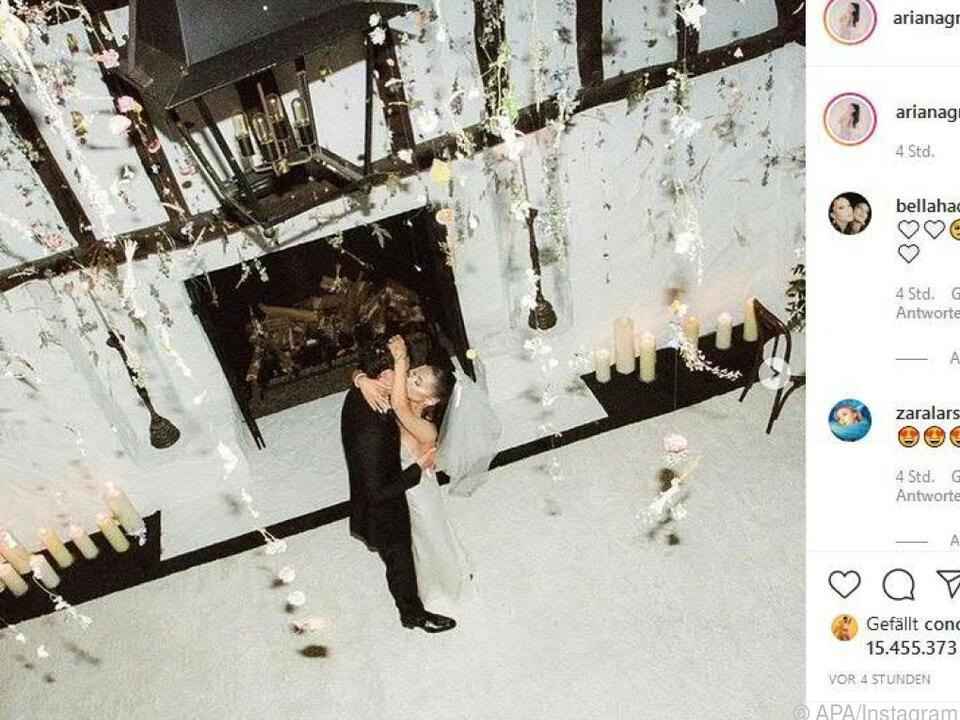 Hochzeitskuss von Ariana Grande und Dalton Gomez