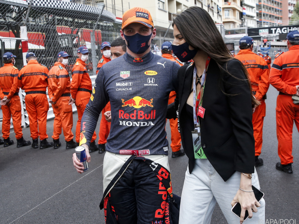 Im rechten Arm Freundin Kelly, in der linken Hand eine Dose Red Bull