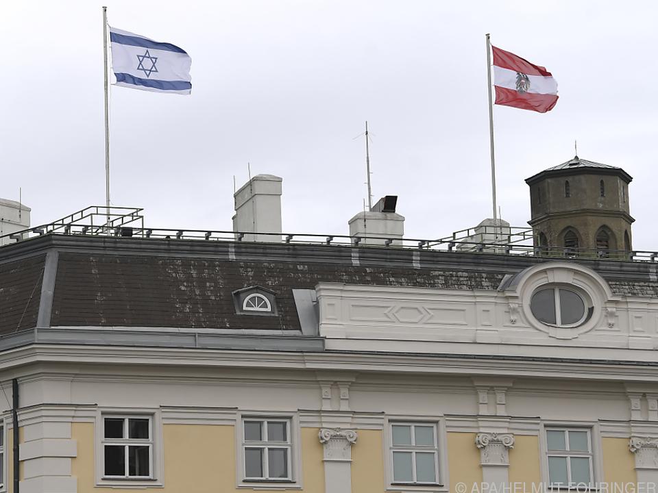 Israel-Fahne am Bundeskanzleramt