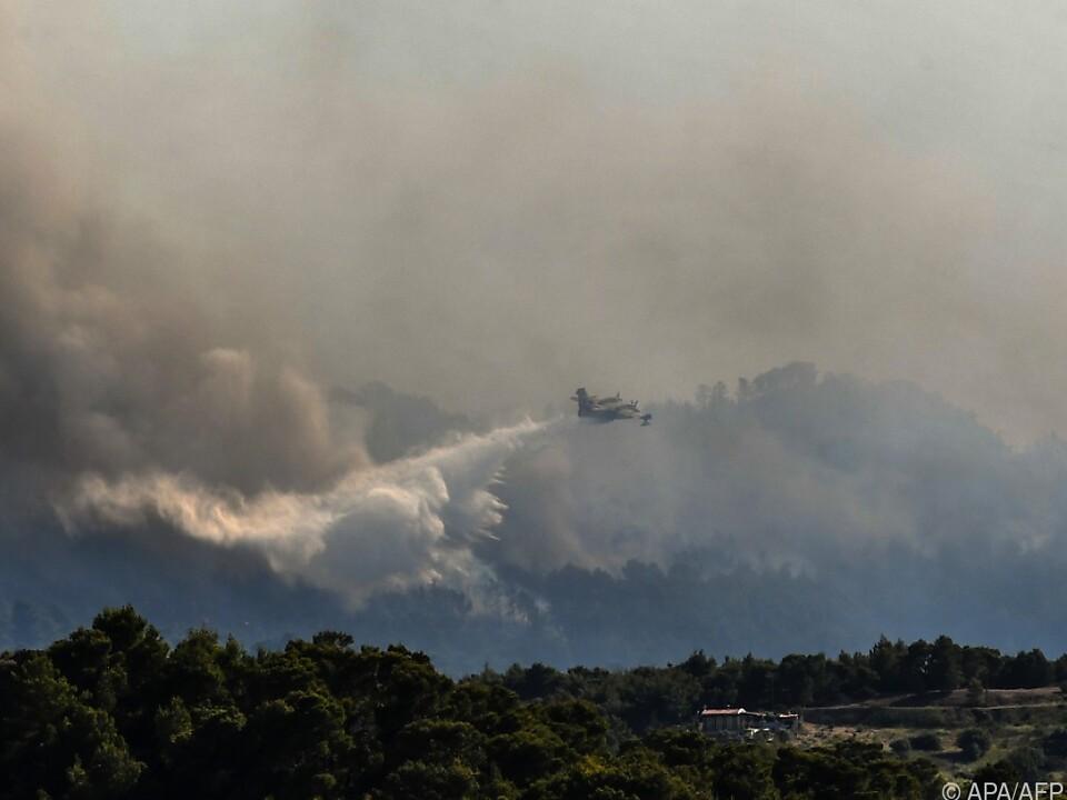 Löschflugzeuge helfen bei der Brandbekämpfung