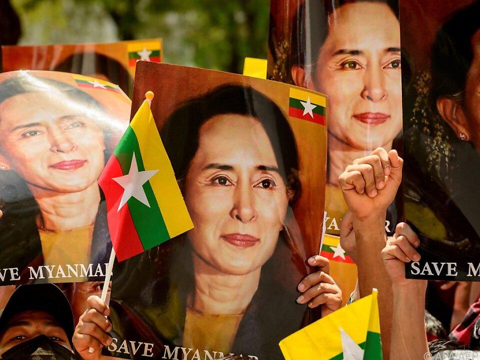 Menschen demonstrieren gegen die Junta