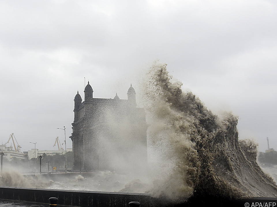 Meterhohe Wellen an der Küste