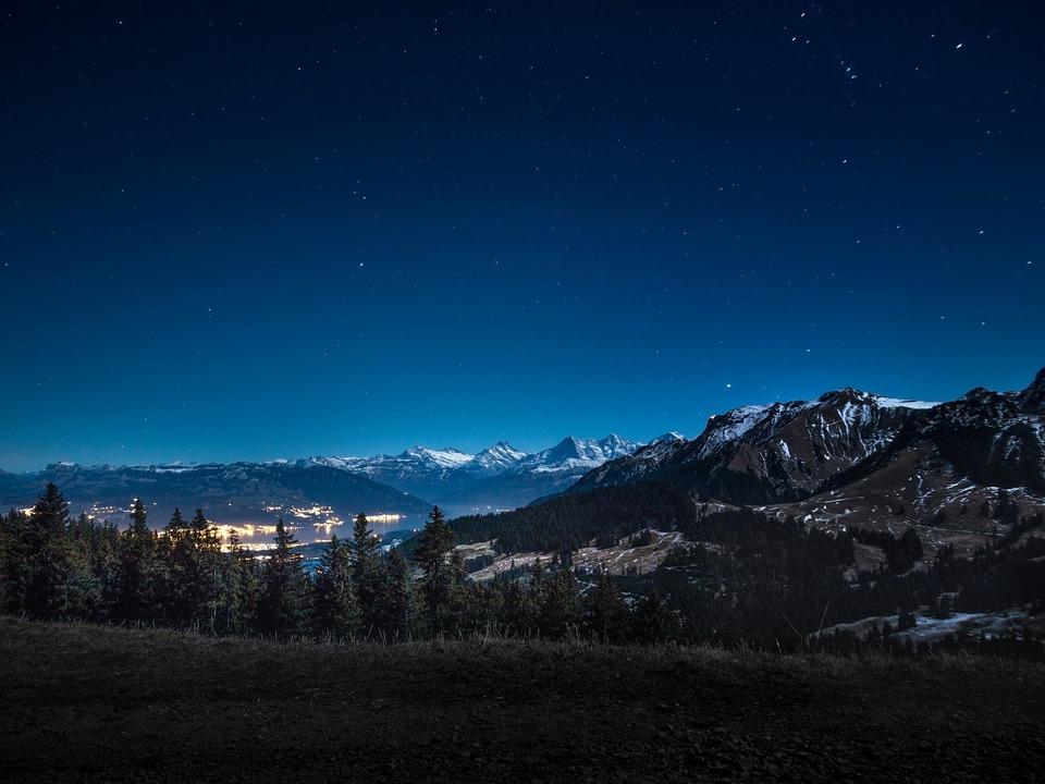 Nacht Berge Stadt
