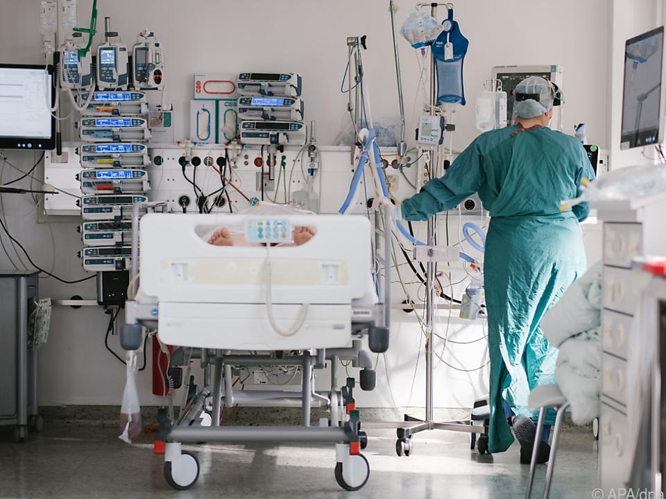 Noch immer müssen 1.566 Infizierte in Krankenhäusern behandelt werden krankenhaus sym intensiv