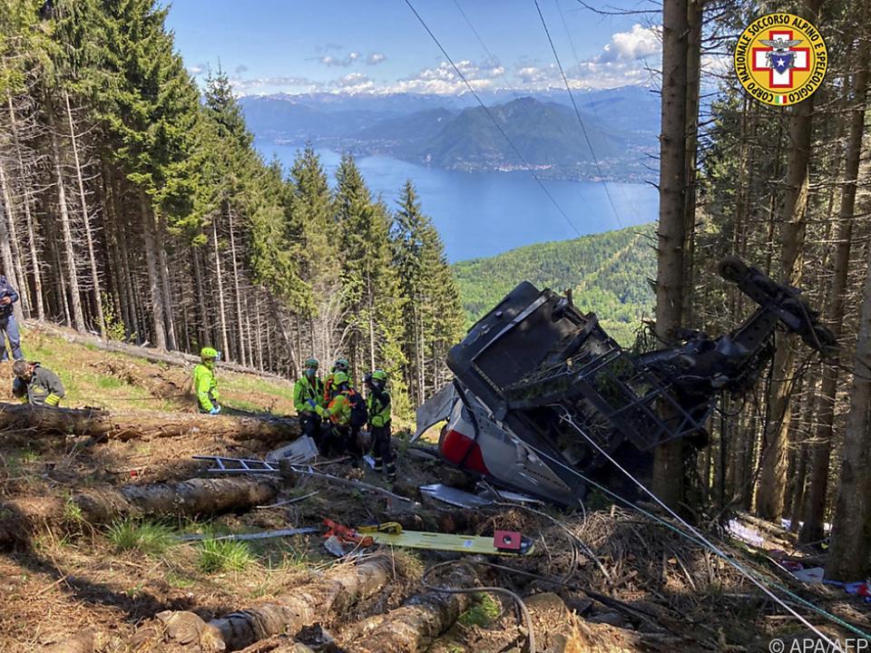 Rettungskräfte bei abgestürzter Gondel - dahinter der Lago Maggiore