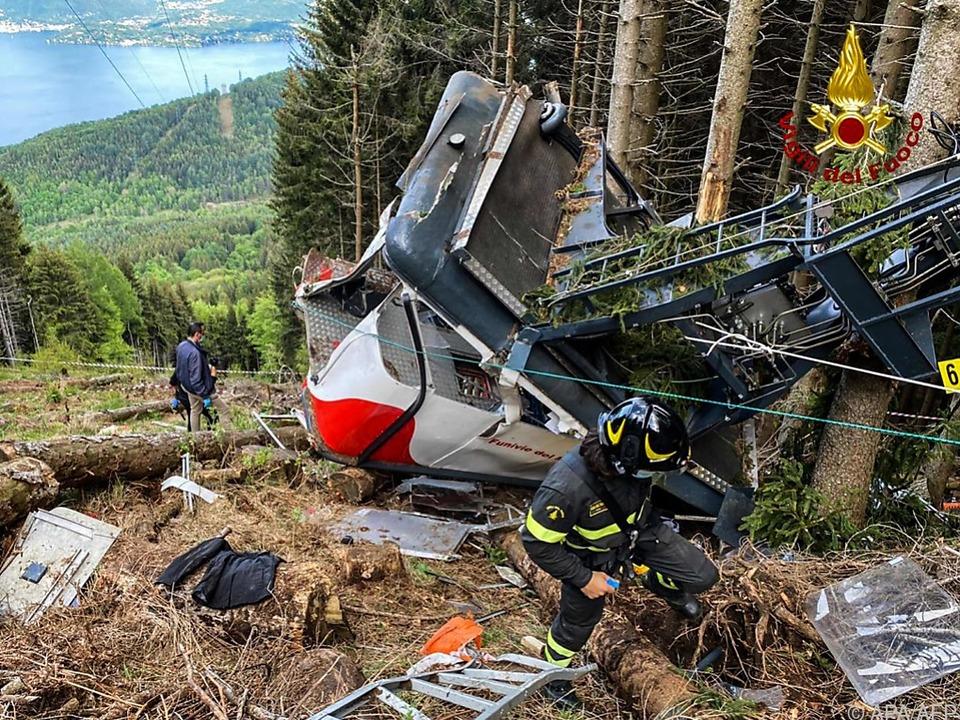 Rettungskräfte bei abgestürzter Gondel nahe des Lago Maggiore