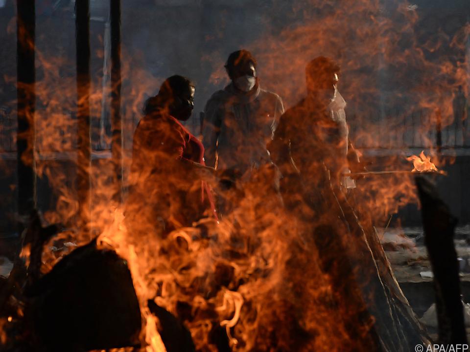 Rituelle Verbrennung von Coronatoten in Indien