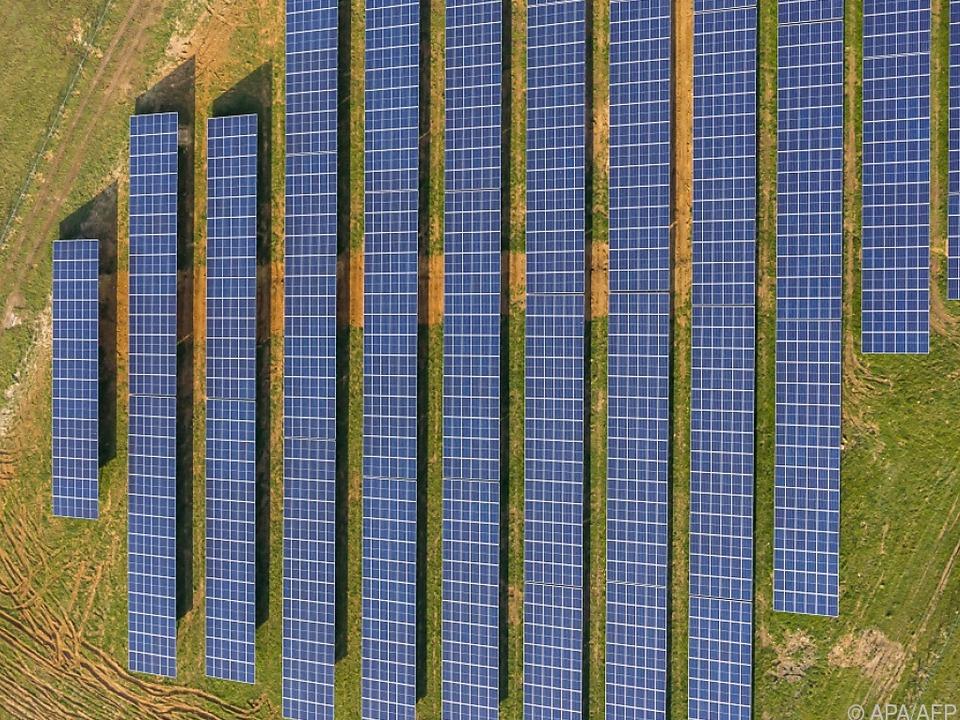 Strom aus Sonnenlicht auf einem aufgelassenen Flugfeld in Frankreich