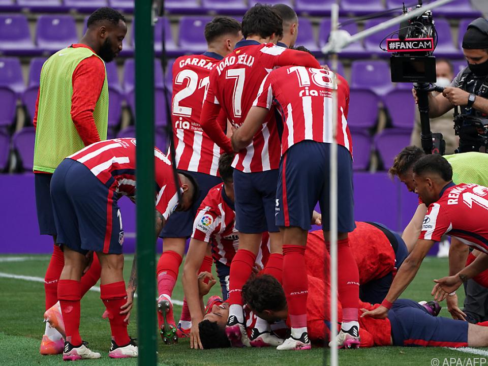 Torschütze Luis Suarez wurde unter seinen Teamkollegen fast begraben