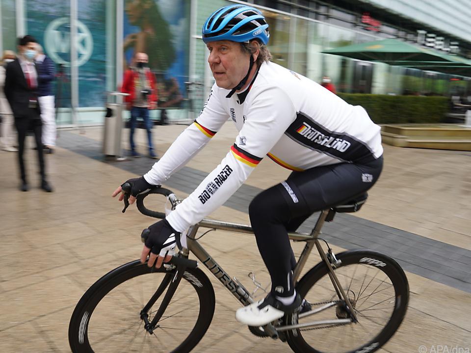 Uwe Rohde macht am Rad gute Figur