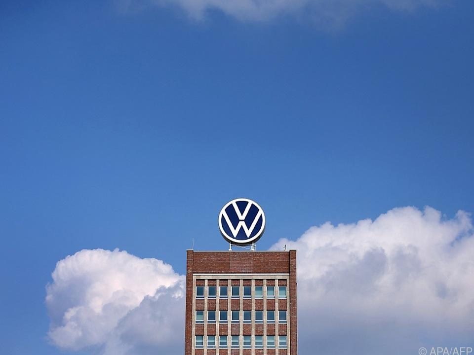 VW-Logo auf Konzernzentrale in Wolfsburg