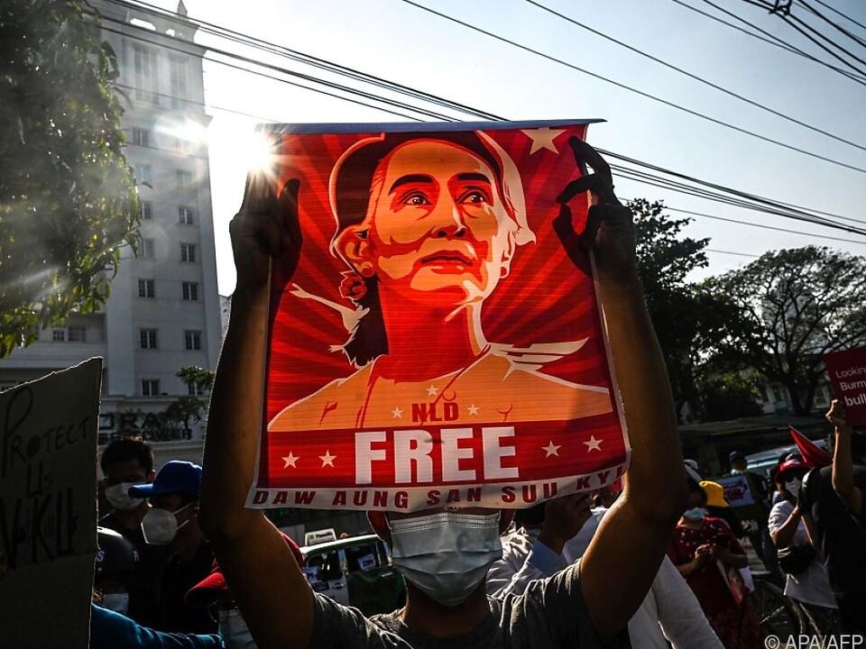 Anhänger setzen sich für Suu Kyis Freilassung ein
