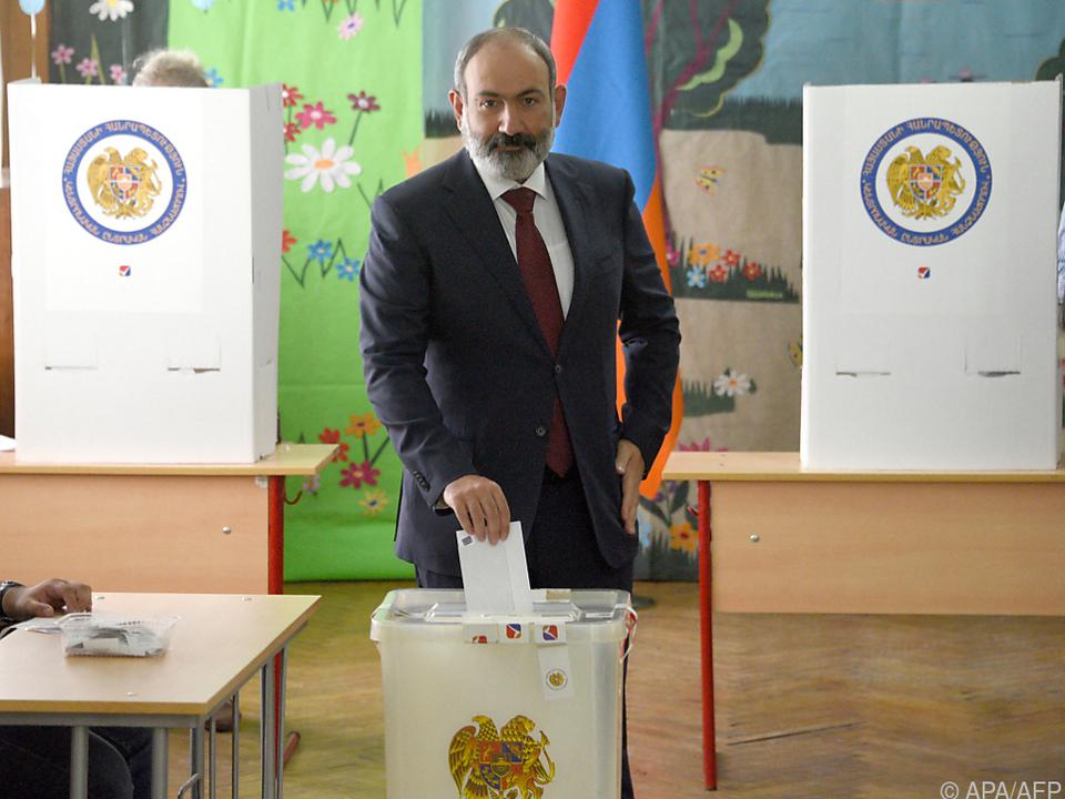 Armeniens Premier Paschinjan bei der Stimmabgabe
