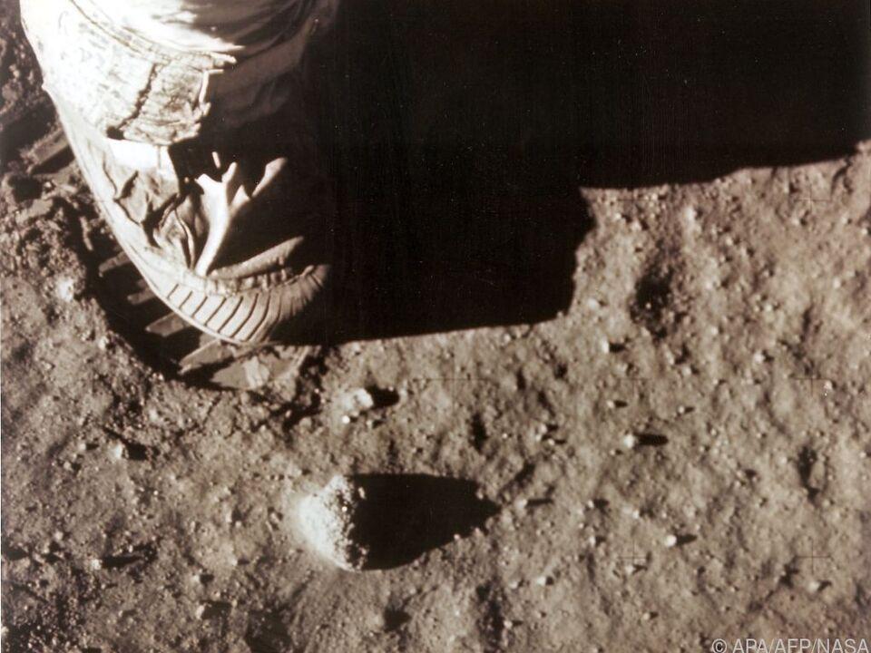 Armstrong hinterlässt einen Fußabdruck am Mond