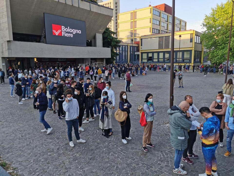 Un vero e proprio \'assalto\' alla Fiera di Bologna per il primo Open Day vaccinale in Emilia-Romagna con 1.200 dosi Johnson&Johnson disponibili a Bologna, 2 giugno 202.athesiadruck2_20210602205356922_bbaef5fc76a35f89c2350db774f8fcc3