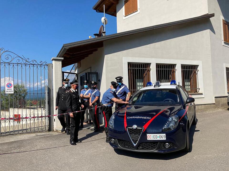 I carabinieri fuori dell\'a casa dove un uomo è stato ucciso dopo avere scoperto dei ladri  nella sua abitazione a Piossasco, Torino, 9 giugno 2021. athesiadruck2_20210609193214767_f37fc8232564fa555bff5af9ccf1232e