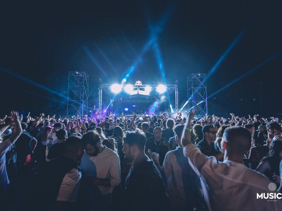 In 2.700 hanno ballato, fino alle prime luci dell\'alba, all\'Area eventi Shooting club di San Marino, una grande discoteca a cielo aperto che ha sperimentato \'The vibe is on\', il primo evento musicale covid-free, 20 giugno 2021. Soddisfatti gli organizzatori, il gruppo Musica di Riccione e la Segreteria di Stato per il Turismo della Repubblica di San Marino. \