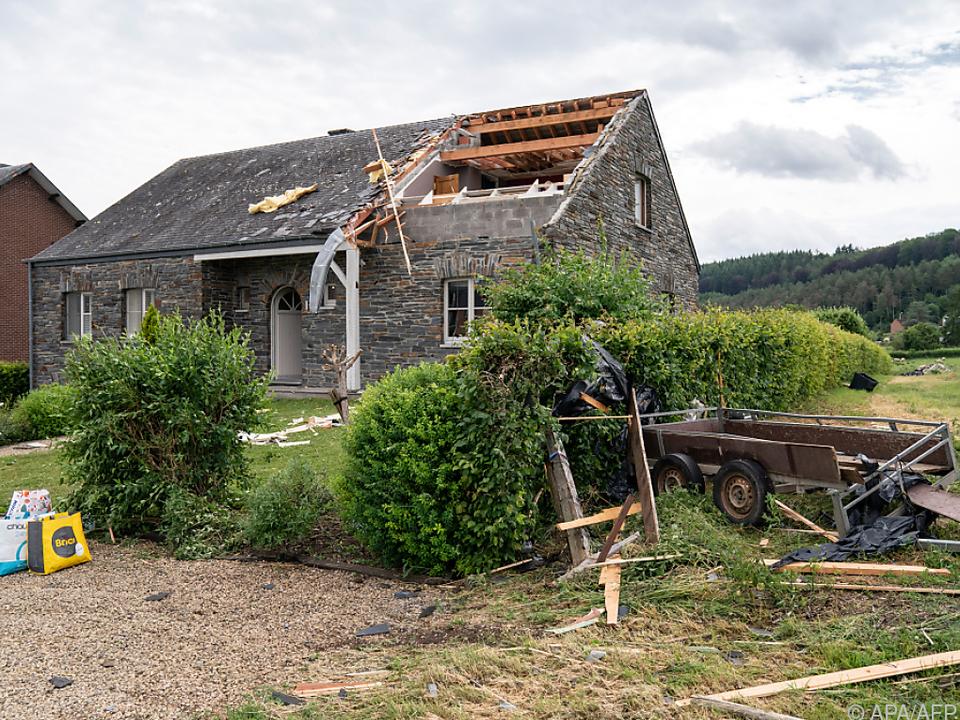 Bilder zeigten abgedeckte Dächer und zerborstene Scheiben