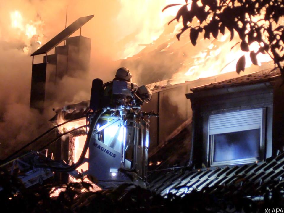 Bis zu 200 Feuerwehrleute mit 24 Fahrzeugen im Einsatz