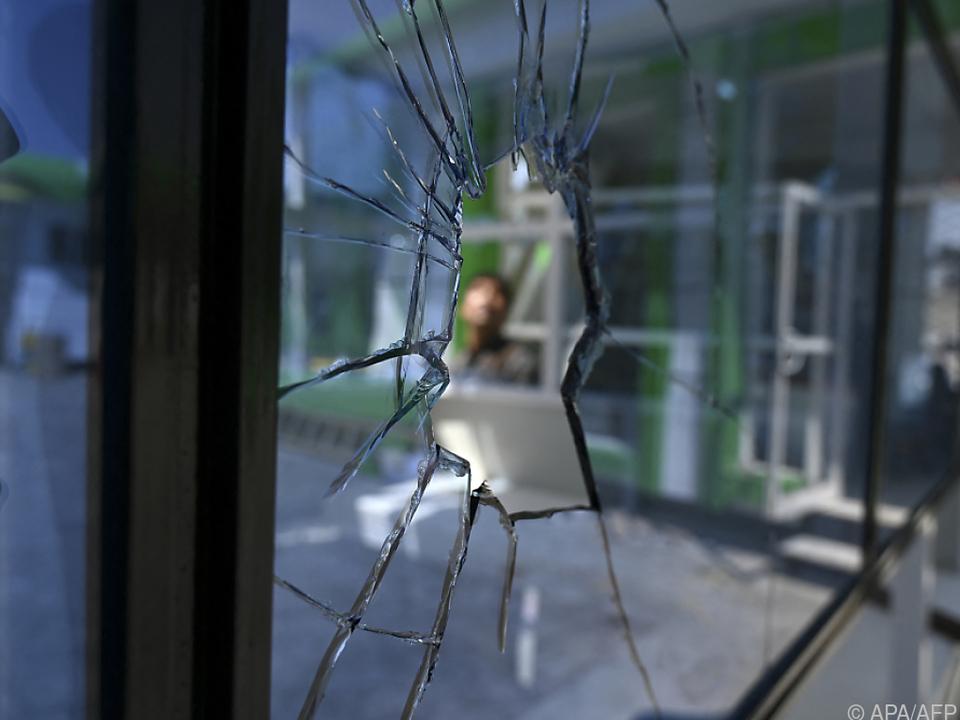 Blick durch eine zerbrochene Fensterscheibe in Kabul (Symbolbild)