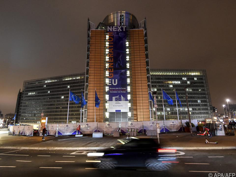 Das Gebäude der EU-Kommission in Brüssel bei Nacht