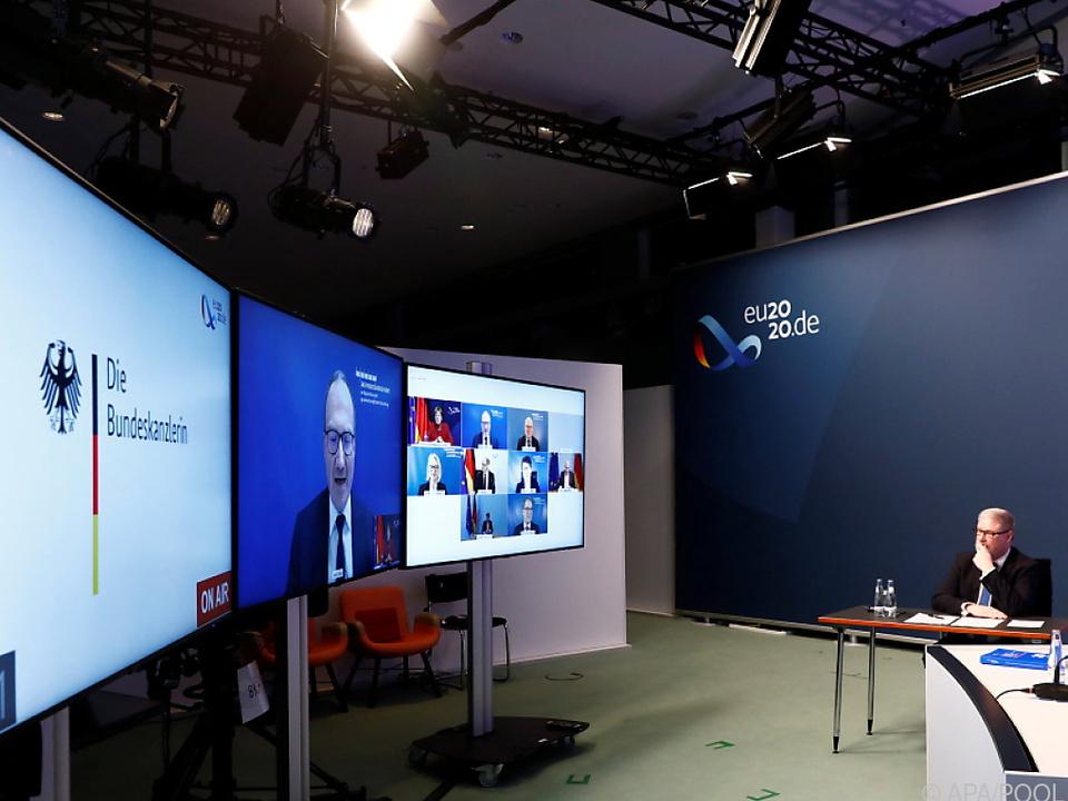 Deutsche Kanzlerin wird von Feld - auf dem Monitor - beraten
