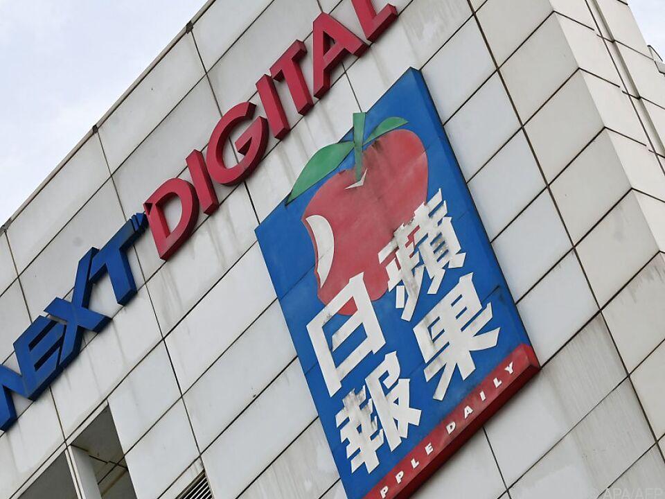 Die Logos von Next Digital und Apple Daily auf der Firmenzentrale in Hongkong