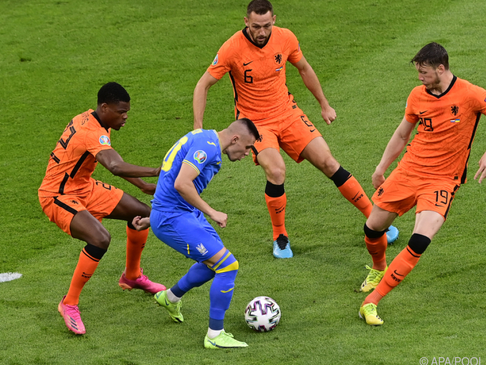 Dumfries (l.) und Weghorst (r.) holten für Niederlande den Startsieg