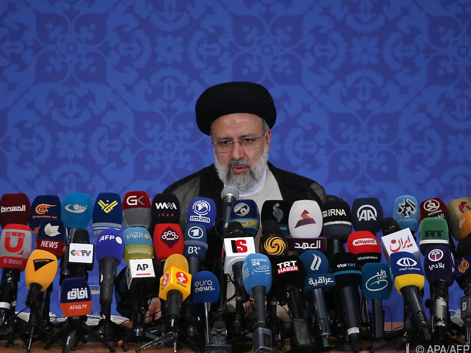 Ebrahim Raisi bei seiner ersten Pressekonferenz nach dem Wahlsieg