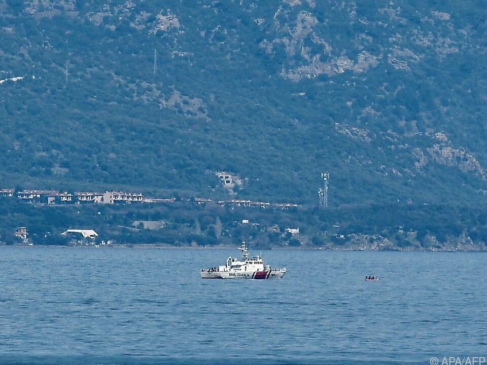 Ein türkisches Patrouillenboot vor der griechischen Insel Lesbos