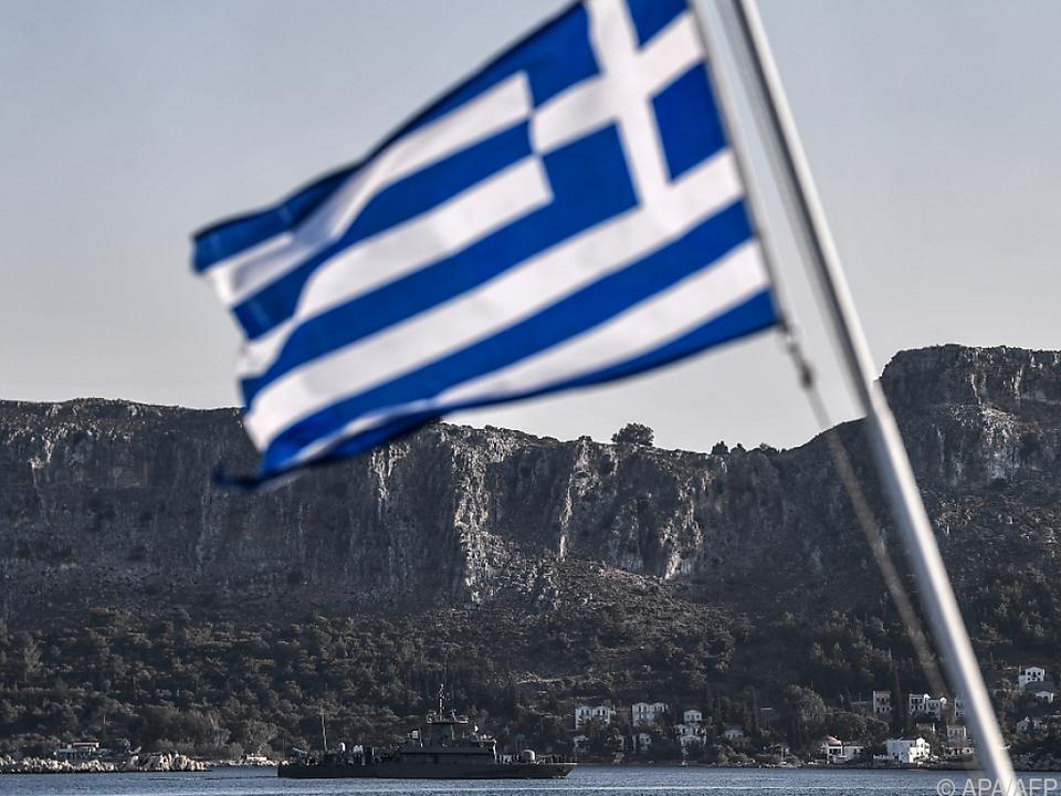 Eine griechische Flagge vor der Dodekanes-Insel Kastellorizo