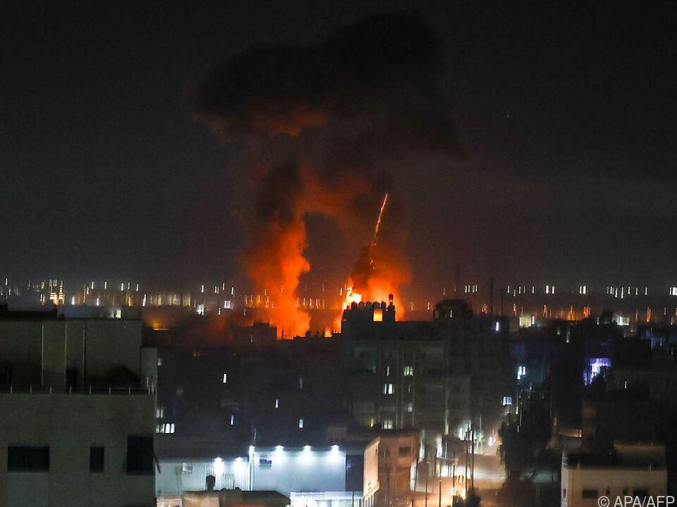 Explosionen erleuchten Gaza City