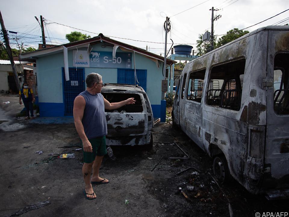 Fahrzeuge angezündet, Bankfilialen geplündert und Gebäude beschädigt