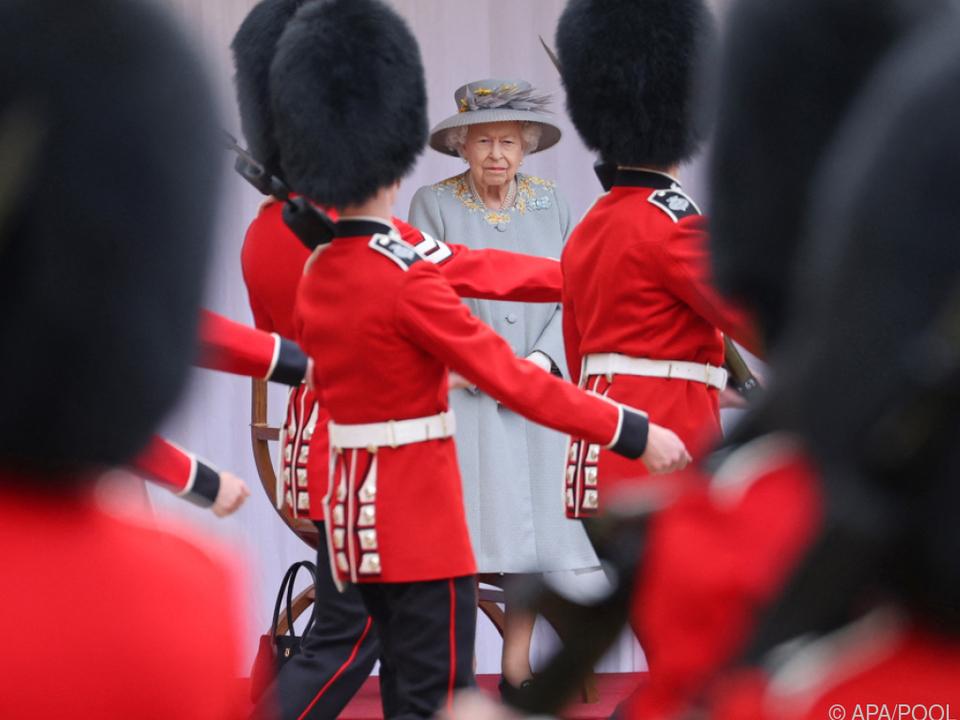 Gardisten marschieren auf Schloss Windsor an der Queen vorbei