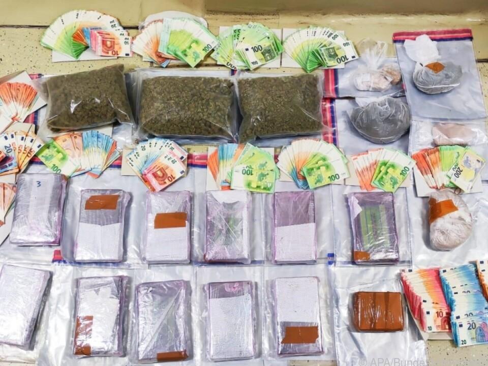 Große Mengen an Bargeld und Rauschgift wurden beschlagnahmt