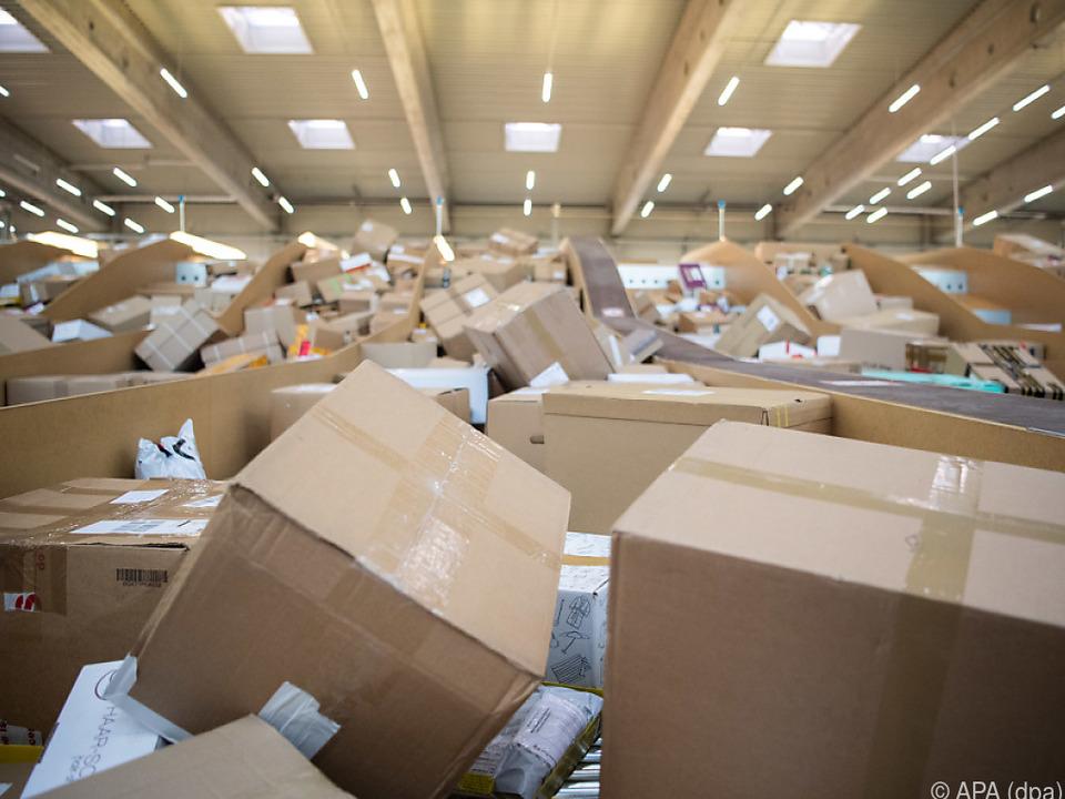Händler sollten sich bis Ende Juni für den One-Stop-Shop anmelden paket packet online handel amazon symbol päckchen