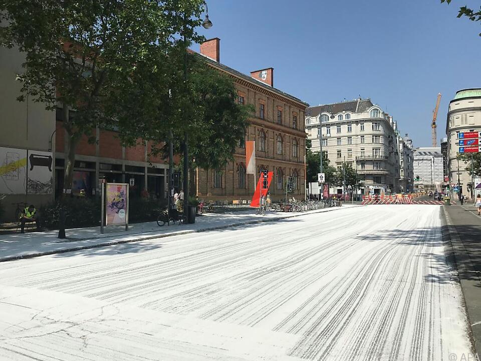 Hans Schabus ließ den Oskar-Kokoschka-Platz weiß anmalen