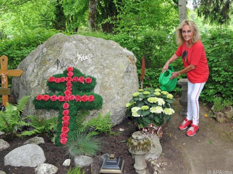 Hella Brice am Grab ihres verstorbenen Mannes Pierre