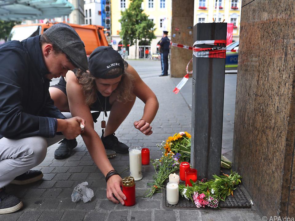 Kerzen und Blumen für die Opfer
