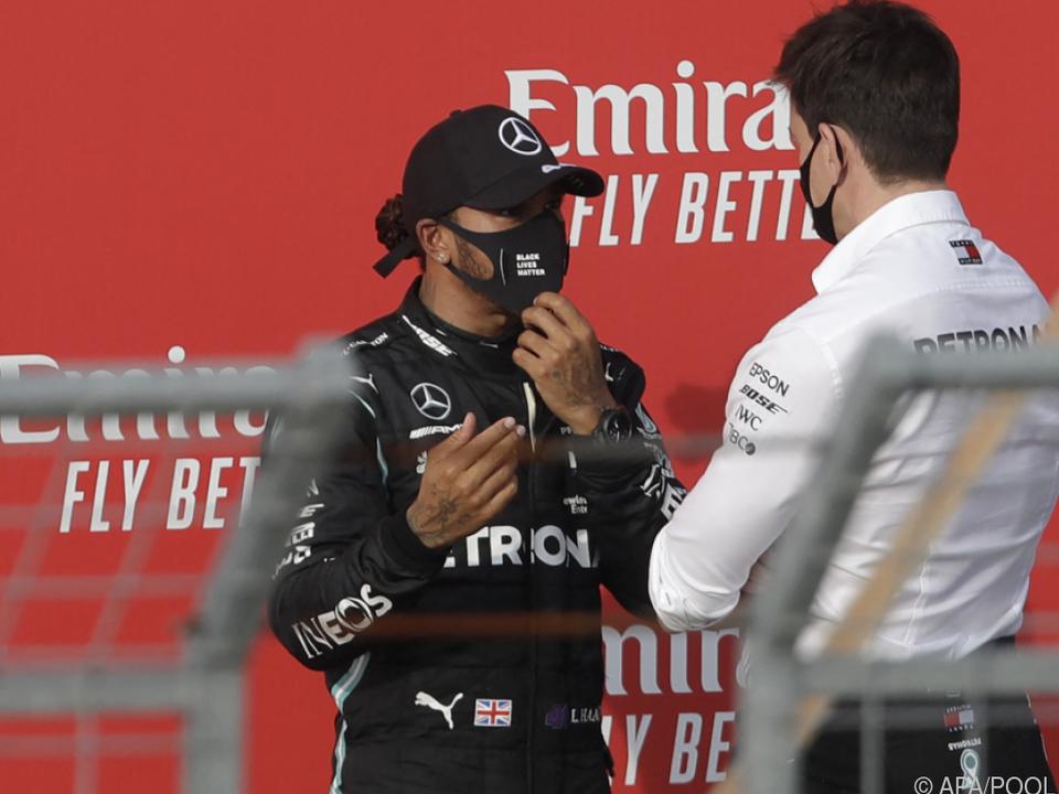 Lewis Hamilton (l.) im Gespräch mit Toto Wolff