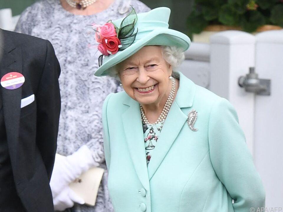 Queen Elizabeth in Ascot diesmal in mintgrünem Outfit