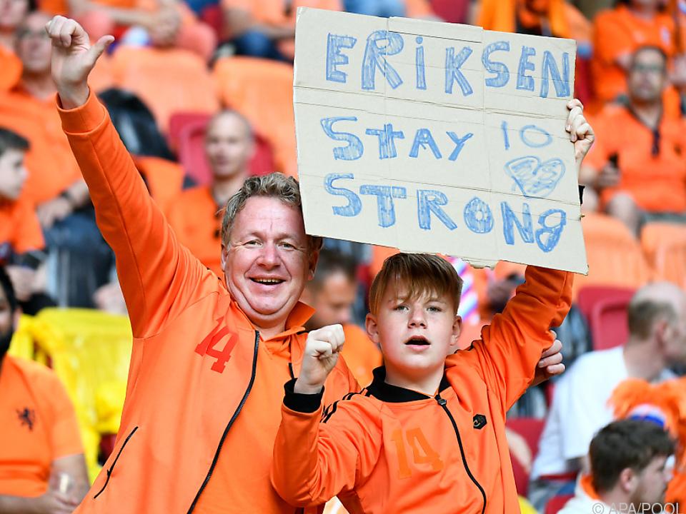 Spieler, Fans und Funktionäre wünschen Christian Eriksen das Beste.