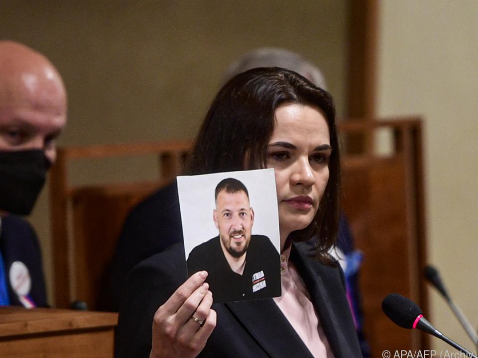 Swetlana Tichanowskaja mit einem Bild ihres Mannes am 9. Juni in Prag