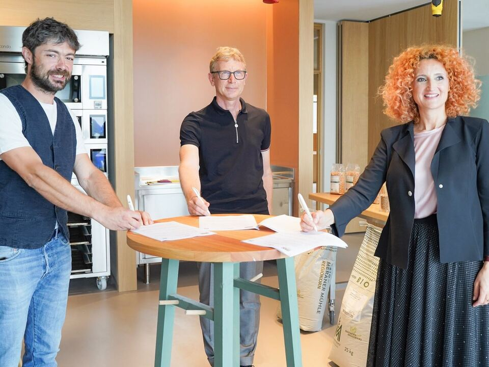 Unterschrift_Kooperation_Gruppe_Südtiroler_Gasthaus