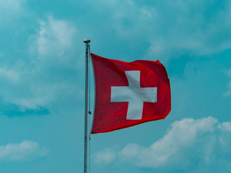 schweiz sym 1114888_Schweizer-Fahne-bearbeitet-marco-pregnolato-WE32J3pS3LY-unsplash