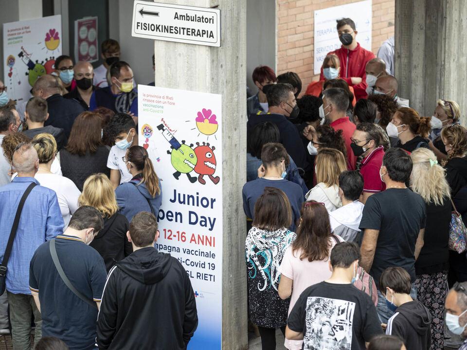 Persone attendono di essere vaccinate in occasione del primo Junior Open day del Lazio dedicato ai ragazzi tra i tra i 12 e i 16 anni, Rieti, 6 giugno 2021. La prima vaccinazione è stata effettuata alle 9 in punto. Per l\'appuntamento sono state previste 120 dosi Pfizer. athesiadruck2_2021070621112484_8312fc1ab76292df418d802942fccf0d