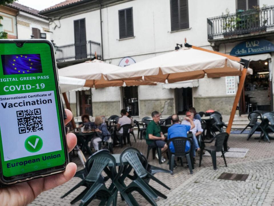 Una ricostruzione grafica del Green pass, il certificato digitale Covid dell\'UE davanti ai tavoli di un locale ristorante, Torino 15 luglio 2021, Grüner Passathesiadruck2_20210719211437821_7140571bdc90211ff1057671f4b489d8